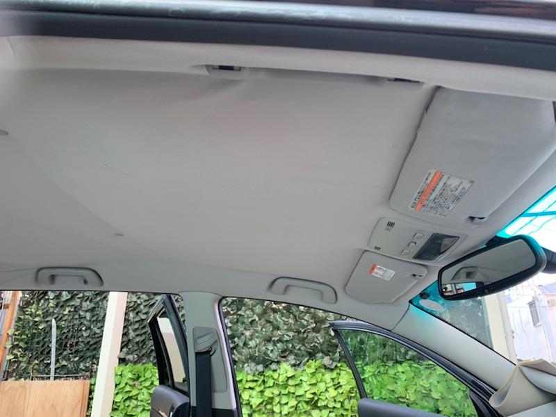 トヨタ アベンシス ワゴンの天井の剥がれ